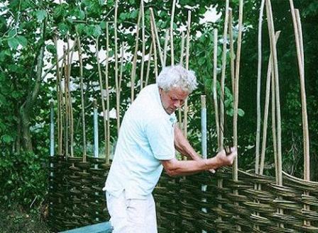 Как сделать  плетеный забор на даче своими руками