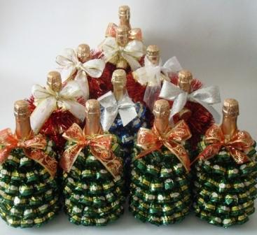 Бутылка шампанского и конфеты для создания новогодней елки