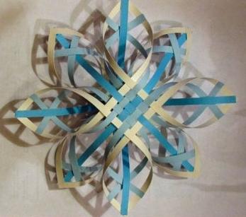 объемная снежинка из цветных полосок